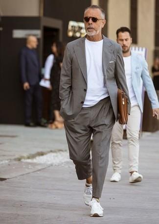 Dunkelbraune Sonnenbrille kombinieren: trends 2020: Die Kombination von einem grauen Anzug und einer dunkelbraunen Sonnenbrille erlaubt es Ihnen, Ihren Freizeitstil klar und einfach zu halten. Fühlen Sie sich ideenreich? Ergänzen Sie Ihr Outfit mit weißen Sportschuhen.