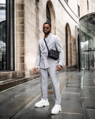 Dunkelgraue Sonnenbrille kombinieren – 500+ Herren Outfits: Entscheiden Sie sich für einen grauen Anzug und eine dunkelgraue Sonnenbrille für einen bequemen Alltags-Look. Wenn Sie nicht durch und durch formal auftreten möchten, vervollständigen Sie Ihr Outfit mit weißen Sportschuhen.