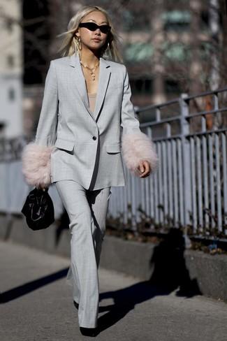 Wie kombinieren: grauer Anzug, beige T-Shirt mit einem Rundhalsausschnitt, schwarze Wildleder Stiefeletten, schwarze Lederhandtasche