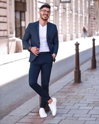 Silberne Uhr kombinieren – 500+ Herren Outfits: Kombinieren Sie einen dunkelblauen Anzug mit einer silbernen Uhr für einen bequemen Alltags-Look. Weiße Segeltuch niedrige Sneakers sind eine gute Wahl, um dieses Outfit zu vervollständigen.