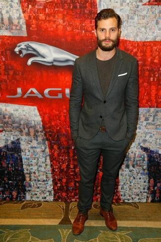 Jamie Dornan trägt Dunkelgrauer vertikal gestreifter Anzug, Dunkelbraunes T-Shirt mit Rundhalsausschnitt, Braune Leder Oxford Schuhe, Weißes Einstecktuch