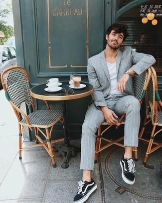Hellblauen vertikal gestreiften Anzug kombinieren – 11 Herren Outfits: Kombinieren Sie einen hellblauen vertikal gestreiften Anzug mit einem weißen Trägershirt, um einen eleganten, aber nicht zu festlichen Look zu kreieren. Fühlen Sie sich mutig? Wählen Sie schwarzen und weißen Segeltuch niedrige Sneakers.