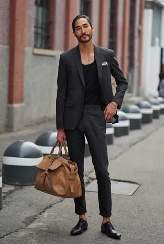 Schwarze Leder Oxford Schuhe kombinieren für Sommer: trends 2020: Die Paarung aus einem dunkelgrauen Anzug und einem schwarzen Trägershirt ist eine ideale Wahl für einen Tag im Büro. Setzen Sie bei den Schuhen auf die klassische Variante mit schwarzen Leder Oxford Schuhen. Was für eine schöne Sommer-Look Idee!