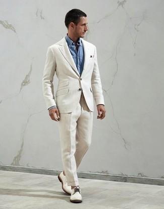 Hellblaues Businesshemd kombinieren – 1200+ Herren Outfits: Kombinieren Sie ein hellblaues Businesshemd mit einem weißen Anzug für einen stilvollen, eleganten Look. Suchen Sie nach leichtem Schuhwerk? Vervollständigen Sie Ihr Outfit mit weißen Segeltuch Derby Schuhen für den Tag.