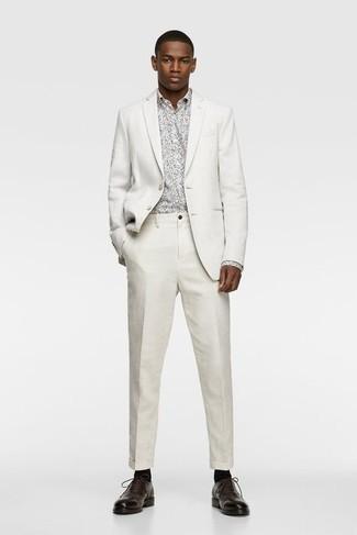 Socken kombinieren – 500+ Herren Outfits: Erwägen Sie das Tragen von einem weißen Anzug und Socken für ein sonntägliches Mittagessen mit Freunden. Ergänzen Sie Ihr Outfit mit dunkelbraunen Leder Oxford Schuhen, um Ihr Modebewusstsein zu zeigen.