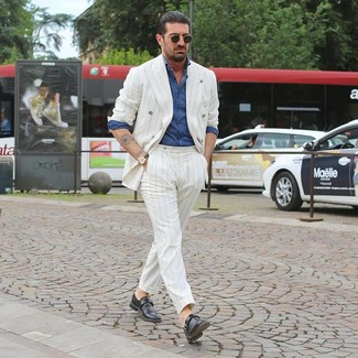 Weißen vertikal gestreiften Anzug kombinieren: trends 2020: Paaren Sie einen weißen vertikal gestreiften Anzug mit einem blauen Chambray Langarmhemd, wenn Sie einen gepflegten und stylischen Look wollen. Fühlen Sie sich mutig? Wählen Sie schwarzen Monks aus Leder.