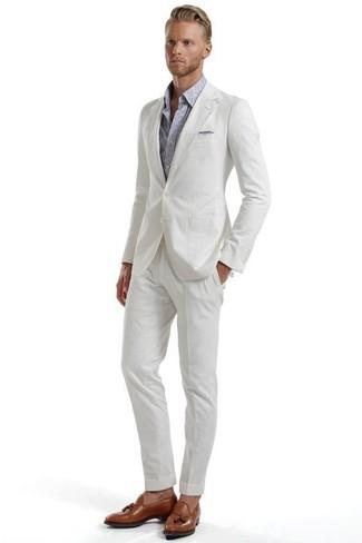 Wie kombinieren: weißer Anzug aus Seersucker, graues Langarmhemd mit Paisley-Muster, braune Leder Slipper mit Quasten, graues Einstecktuch