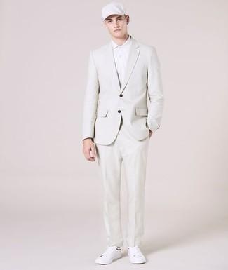 Weißes Polohemd kombinieren: trends 2020: Kombinieren Sie ein weißes Polohemd mit einem weißen Anzug, wenn Sie einen gepflegten und stylischen Look wollen. Bringen Sie die Dinge durcheinander, indem Sie weißen Leder niedrige Sneakers mit diesem Outfit tragen.