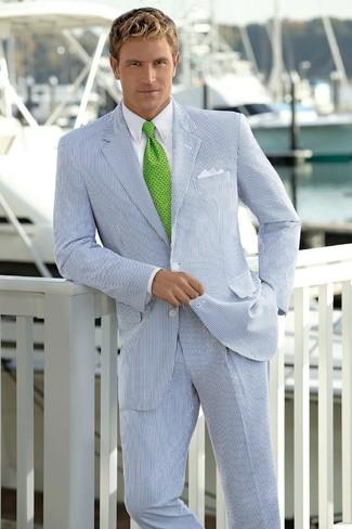 Wie kombinieren: weißer und dunkelblauer vertikal gestreifter Anzug, weißes Businesshemd, grüne bedruckte Krawatte, weißes Einstecktuch