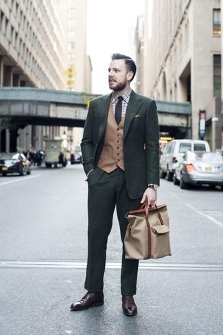 Wie kombinieren: dunkelgrüner Anzug, beige Wollweste, weißes und braunes Businesshemd mit Schottenmuster, dunkelbraune Lederformelle stiefel