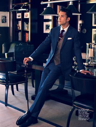 dunkelblauer vertikal gestreifter Anzug, braune Weste, weißes Businesshemd,  schwarze Leder Brogues für Herren   Herrenmode dc074ee9c2