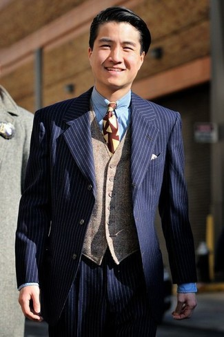 dunkelblauer vertikal gestreifter Anzug, beige Wollweste, hellblaues  vertikal gestreiftes Businesshemd, dunkelrote bedruckte Krawatte für Herren    ... 21aad7b5a7