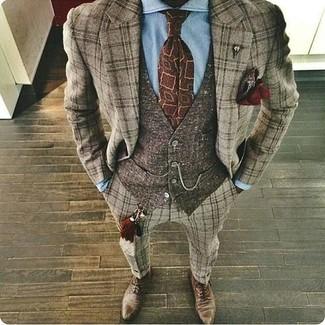 Wie kombinieren: brauner Wollanzug mit Schottenmuster, dunkelbraune Wollweste, hellblaues Businesshemd, braune Leder Oxford Schuhe