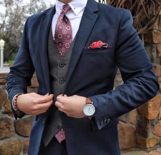 Wie kombinieren: dunkelblauer Anzug, graue Weste, weißes Businesshemd, rote bedruckte Krawatte