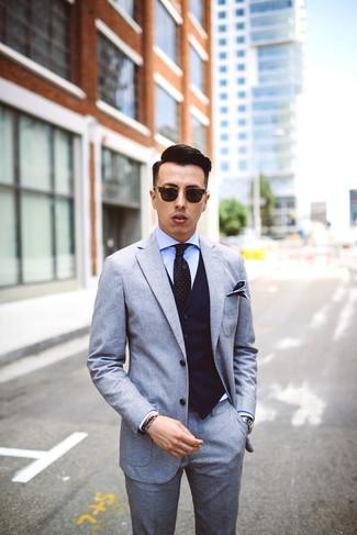 Wie kombinieren: grauer Wollanzug, dunkelblaue vertikal gestreifte Weste, hellblaues Businesshemd, schwarze gepunktete Krawatte