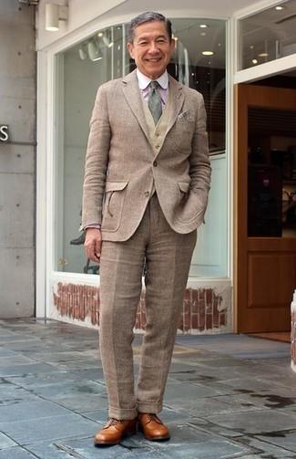 Wie kombinieren: brauner Wollanzug, beige Wollweste, rosa vertikal gestreiftes Businesshemd, beige Leder Derby Schuhe