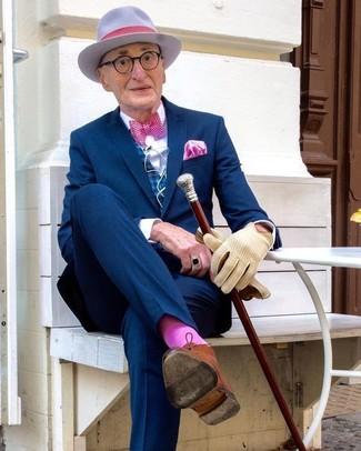 Fuchsia Socken kombinieren: Kombinieren Sie einen dunkelblauen Anzug mit fuchsia Socken, um einen lockeren, aber dennoch stylischen Look zu erhalten. Fühlen Sie sich ideenreich? Ergänzen Sie Ihr Outfit mit rotbraunen Chukka-Stiefeln aus Leder.