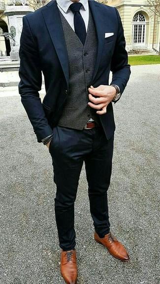 Wie kombinieren: dunkelblauer Anzug, dunkelgraue Weste, weißes Businesshemd, rotbraune Leder Derby Schuhe
