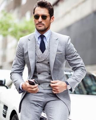 Wie kombinieren: grauer Anzug, graue Weste mit Schottenmuster, hellblaues Businesshemd, dunkelblaue Krawatte