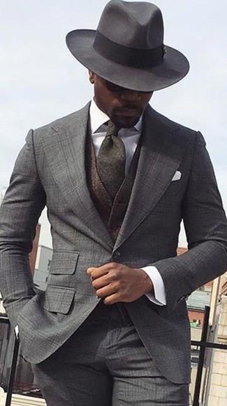 Wie kombinieren: grauer Anzug mit Schottenmuster, dunkelbraune Wollweste, weißes Businesshemd, dunkelgrauer Wollhut
