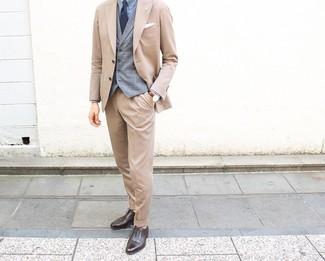 Wie kombinieren: beige Anzug, graue Weste mit Schottenmuster, hellblaues Businesshemd, dunkelbraune Leder Oxford Schuhe