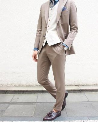 Wie kombinieren: hellbeige Anzug, weiße Weste, blaues Chambray Businesshemd, dunkellila Leder Slipper mit Quasten
