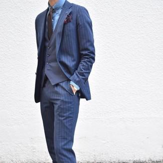 Wie kombinieren: dunkelblauer vertikal gestreifter Anzug, dunkelblaue Weste, blaues Chambray Businesshemd, dunkelbraune Krawatte