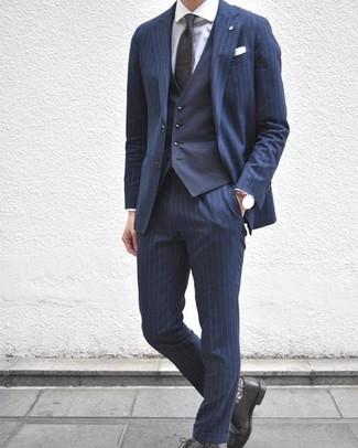 Wie kombinieren: dunkelblauer vertikal gestreifter Anzug, dunkelblaue Weste, weißes Businesshemd, schwarze Leder Derby Schuhe