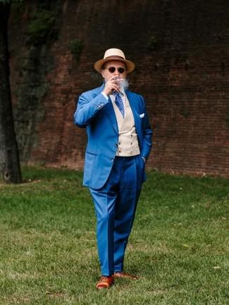 Wie kombinieren: blauer Anzug, hellbeige Weste, weißes Businesshemd, braune Leder Oxford Schuhe