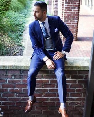 Wie kombinieren: blauer Anzug, graue Weste, weißes Businesshemd, braune Leder Oxford Schuhe