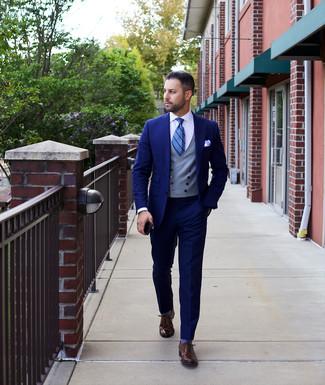 Wie kombinieren: dunkelblauer Anzug, graue Weste, weißes Businesshemd, dunkelbraune Leder Oxford Schuhe