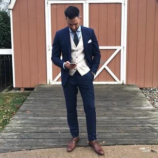 Wie kombinieren: dunkelblauer Anzug, hellbeige Weste, hellblaues Businesshemd, braune Leder Oxford Schuhe
