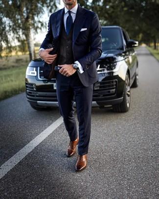 Wie kombinieren: dunkelblauer vertikal gestreifter Anzug, dunkelbraune Weste, weißes Businesshemd, braune Leder Brogues
