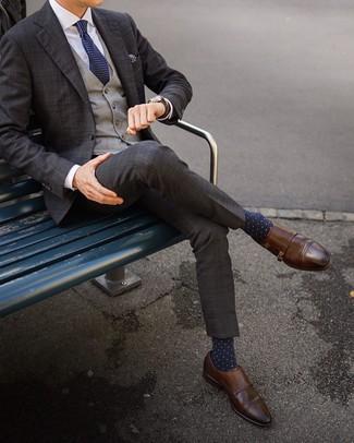 Wie kombinieren: dunkelbrauner Anzug mit Schottenmuster, graue Weste mit Schottenmuster, weißes Businesshemd, braune Doppelmonks aus Leder
