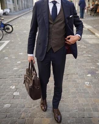 Dunkelbraune Weste kombinieren: trends 2020: Machen Sie sich mit einer dunkelbraunen Weste und einem dunkelblauen Anzug einen verfeinerten, eleganten Stil zu Nutze. Wenn Sie nicht durch und durch formal auftreten möchten, komplettieren Sie Ihr Outfit mit dunkelbraunen Leder Brogues.