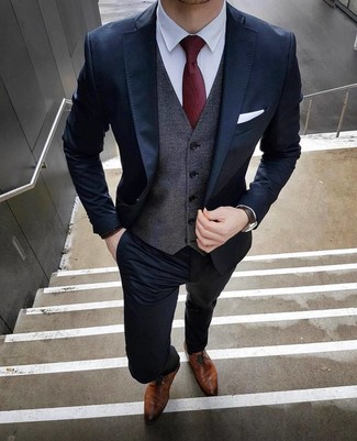 Wie kombinieren: dunkelblauer Anzug, dunkelgraue Weste, weißes Businesshemd, braune Leder Derby Schuhe