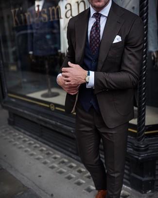 Dunkelblaue Weste kombinieren: Erwägen Sie das Tragen von einer dunkelblauen Weste und einem dunkelbraunen Anzug, um vor Klasse und Perfektion zu strotzen. Wenn Sie nicht durch und durch formal auftreten möchten, wählen Sie braunen Leder Oxford Schuhe.