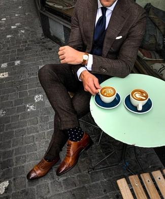 Wie kombinieren: dunkelbrauner Anzug mit Karomuster, dunkelblaue Weste, weißes Businesshemd, braune Leder Brogues