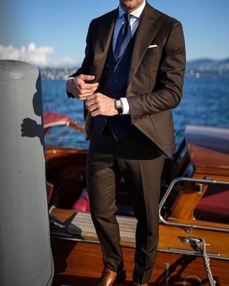 Dunkelblaue Weste kombinieren: Entscheiden Sie sich für eine dunkelblaue Weste und einen dunkelbraunen Anzug, um vor Klasse und Perfektion zu strotzen. Fühlen Sie sich mutig? Wählen Sie braunen Leder Oxford Schuhe.