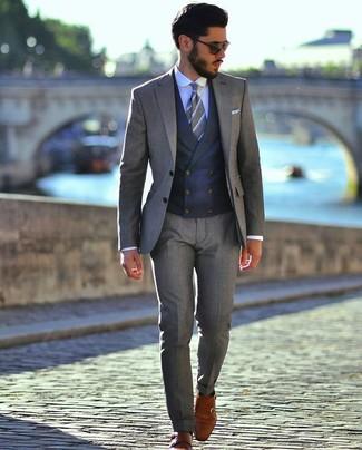 Dunkelblaue Weste kombinieren: Paaren Sie eine dunkelblaue Weste mit einem grauen Anzug, um vor Klasse und Perfektion zu strotzen. Machen Sie diese Aufmachung leger mit rotbraunen Doppelmonks aus Leder.