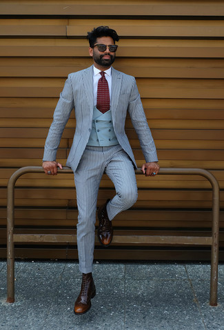 hellblauer vertikal gestreifter Anzug, hellblaue Weste, weißes Businesshemd, dunkelbraune Brogue Stiefel aus Leder für Herren