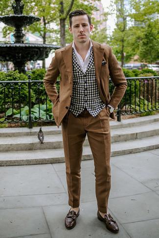 Business Schuhe kombinieren: trends 2020: Paaren Sie einen braunen Anzug mit einer schwarzen und weißen Weste mit Vichy-Muster für eine klassischen und verfeinerte Silhouette. Dieses Outfit passt hervorragend zusammen mit Business Schuhen.