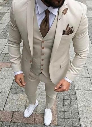 Weiße Leder niedrige Sneakers kombinieren: elegante Outfits: trends 2020: Kombinieren Sie einen hellbeige Anzug mit einer hellbeige Weste für einen stilvollen, eleganten Look. Fühlen Sie sich mutig? Vervollständigen Sie Ihr Outfit mit weißen Leder niedrigen Sneakers.