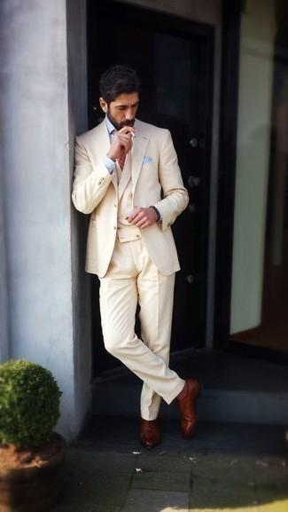 Braune Leder Oxford Schuhe kombinieren für Herbst: trends 2020: Erwägen Sie das Tragen von einem hellbeige Anzug und einer hellbeige Weste, um vor Klasse und Perfektion zu strotzen. Wenn Sie nicht durch und durch formal auftreten möchten, wählen Sie braunen Leder Oxford Schuhe. Dieses Outfit könnte zu Ihren Lieblings-Übergangs-Look werden!