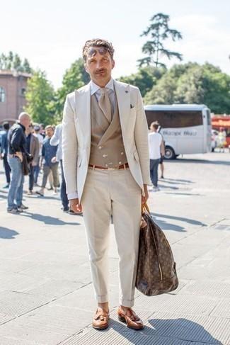 Dunkelbraune Leder Sporttasche kombinieren: trends 2020: Tragen Sie einen hellbeige Anzug und eine dunkelbraune Leder Sporttasche, um einen lockeren, aber dennoch stylischen Look zu erhalten. Fühlen Sie sich mutig? Entscheiden Sie sich für rotbraunen Leder Slipper mit Quasten.