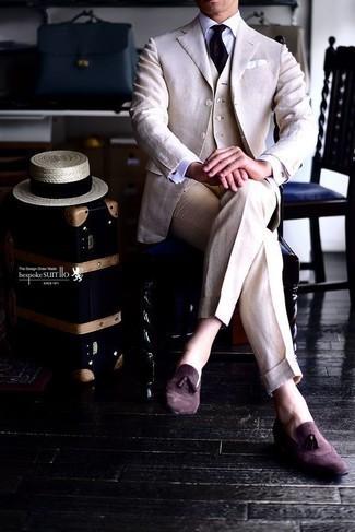 Hellbeige Anzug kombinieren: trends 2020: Paaren Sie einen hellbeige Anzug mit einer hellbeige Weste für eine klassischen und verfeinerte Silhouette. Dunkelrote Wildleder Slipper mit Quasten verleihen einem klassischen Look eine neue Dimension.