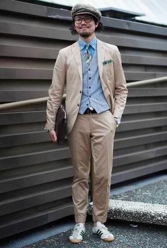 Hellblaue Weste kombinieren: trends 2020: Entscheiden Sie sich für eine hellblaue Weste und einen hellbeige Anzug für eine klassischen und verfeinerte Silhouette. Weiße und grüne Leder niedrige Sneakers verleihen einem klassischen Look eine neue Dimension.
