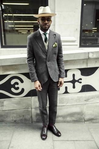 Hellbeige Weste kombinieren: trends 2020: Tragen Sie eine hellbeige Weste und einen grauen vertikal gestreiften Anzug für eine klassischen und verfeinerte Silhouette. Fühlen Sie sich mutig? Wählen Sie dunkelroten Leder Oxford Schuhe.