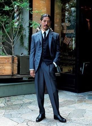 40 Jährige: Dunkelblaue Weste kombinieren – 37 Herren Outfits: Entscheiden Sie sich für eine dunkelblaue Weste und einen dunkelblauen Anzug für einen stilvollen, eleganten Look. Wenn Sie nicht durch und durch formal auftreten möchten, wählen Sie schwarzen Chelsea Boots aus Leder.