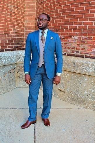 Hellbeige Weste kombinieren: trends 2020: Erwägen Sie das Tragen von einer hellbeige Weste und einem blauen Anzug für einen stilvollen, eleganten Look. Machen Sie diese Aufmachung leger mit rotbraunen Doppelmonks aus Leder.